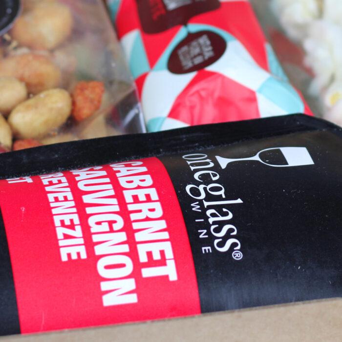 Fleurtjedag brievenbus borrelpakket. Wijn rood popcorn luxe nootjes en chocola.